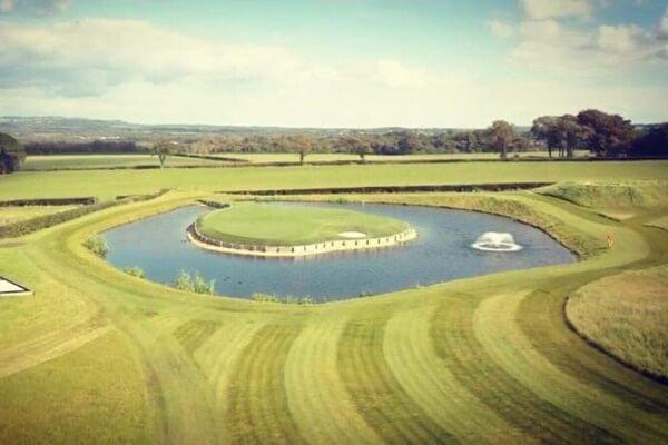 Réplica del Hoyo 17 de Sawgrass en el jardín de Gareth Bale. Foto: @golfnewsmag