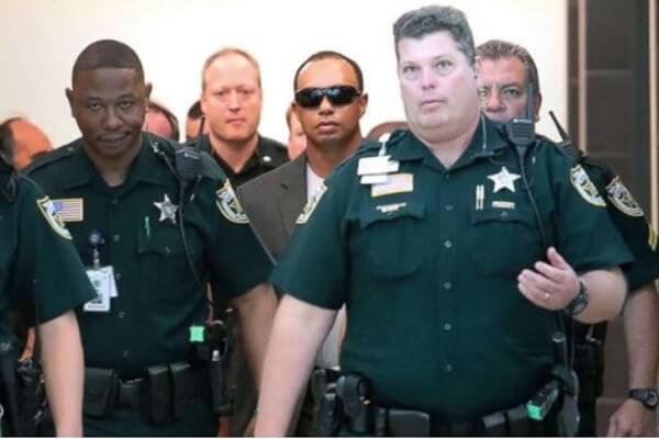 Tiger Woods entrando en la corte de Florida. Foto @cnnbrk