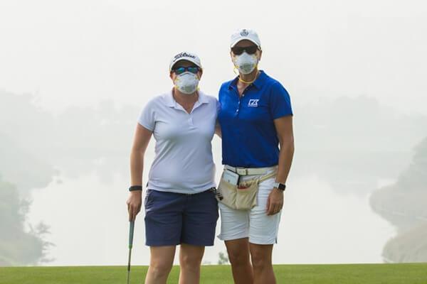 Felicity Johnson posa en el DLF Golf & CC con su caddie, la campeona sueca Sophie Gustafson, durante la ronda de prácticas. Foto LET