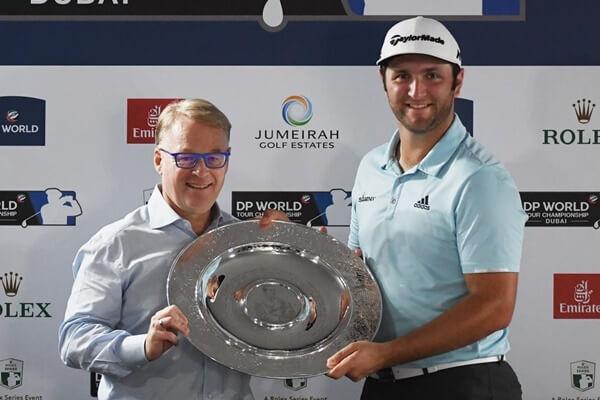 Jon Rahm recibe de manos de Keith Pelley el trofeo al mejor rookie del año en el Tour Europeo. Foto: @NCGmagazine