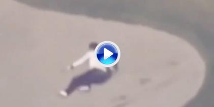 Abe sufrió de lo lindo la arena de un búnker en el encuentro junto a Trump y Matsuyama (VÍDEO)