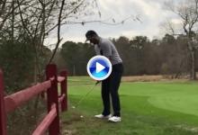 ¡¿Cómo?¡ Un jugador emboca desde el rough, de espaldas y pasando la bola bajo sus piernas (VÍDEO)
