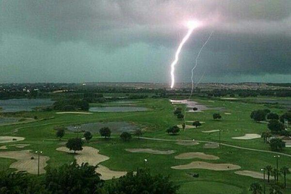 Mujer de 39 años muere a causa de un rayo mientras jugaba al golf en un campo de Turquía
