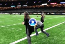 Sergio y Angela demostraron sus dotes para el fútbol americano con este pase y recepción (VÍDEO)