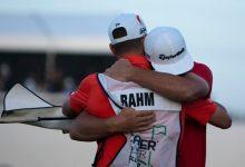 Lo mejor de la ronda final de Rahm en imágenes. Del tee del 1 hasta el emotivo abrazo con Adam