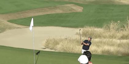 VÍDEO: ¡Desde el bunker con amor! Mickelson da una lección de Flop Shot en pleno torneo