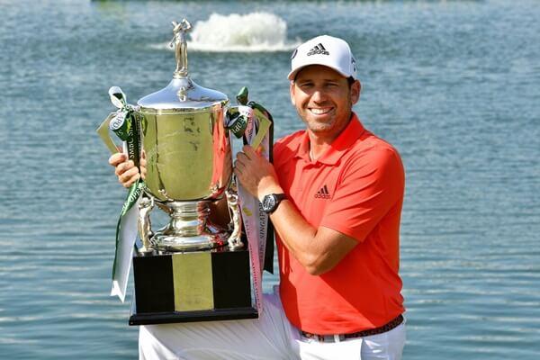 Sergio García con el trofeo que le acredita campeón en el Singapore Open. Foto: @asiantourgolf