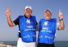 ¡Insólito! Los gemelos Tilston, caddies de Southgate y Siem, 'hacen' Hoyo en Uno el mismo día en Omán