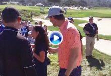 """La disculpa de Owen a una fan tras golpearle con la bola: """"Soy Jake y no soy un buen golfista"""" (VÍDEO)"""