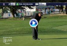 Phil Mickelson chipeó en el green con un increíble toque. Prefirió jugar un hierro al putt (VÍDEO)