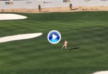 Y todavía no empezó el show… Un hombre saltó desnudo sobre la hierba del Phoenix Open (VÍDEO)
