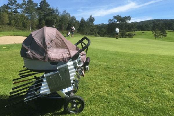 Este jugador le sacó partido al coche del bebé: lo utilizó como bolsa de palos en un campo