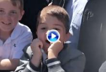 La viva imagen de la ilusión. Este niño alucinó cuando Tiger le firmó la gorra a un metro (VÍDEO)