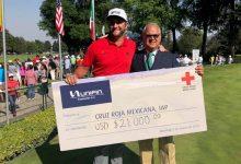 Lo prometido es deuda. Jon Rahm entregó un cheque de 21.000 dólares a la Cruz Roja de México