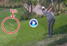 ¡Uffffff! Este cámara se jugó el tipo, la bola le pasó muy cerca de la cabeza mientras grababa (VÍDEO)