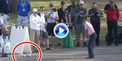 Sergio se quitó los zapatos para jugar esta bola en el asfalto desde 200 m. Golpazo y birdie (VÍDEO)