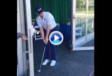 ¡Creánselo! Mullinax dejó la bola junto a la bandera desde dentro de la carpa de hospitalidad (VÍDEO)