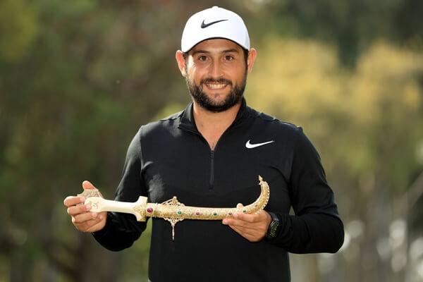 Alex Levy con la daga de campeón. Foto: @EuropeanTour