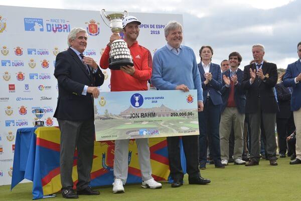 """Jon Rahm recibe el trofeo y el """"cheque"""" como campeón del Open de España. Foto: OpenGolf.es"""