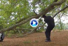 Le ocurre hasta a los más grandes. Phil Mickelson dio un golpe al aire como cualquier mortal (VÍDEO)
