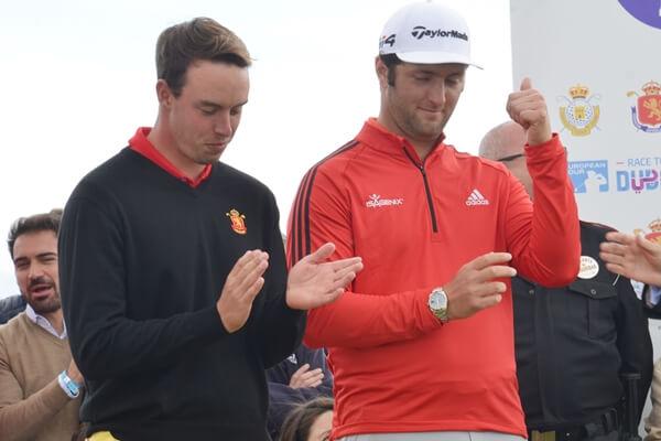 Víctor Pastor y Jon Rahm durante la entrega de premios del Open de España. Foto: OpenGolf.es