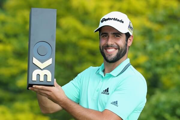 Adrián Otaegui feliz con su trofeo conquistado en Bélgica. Foto: GettyImages