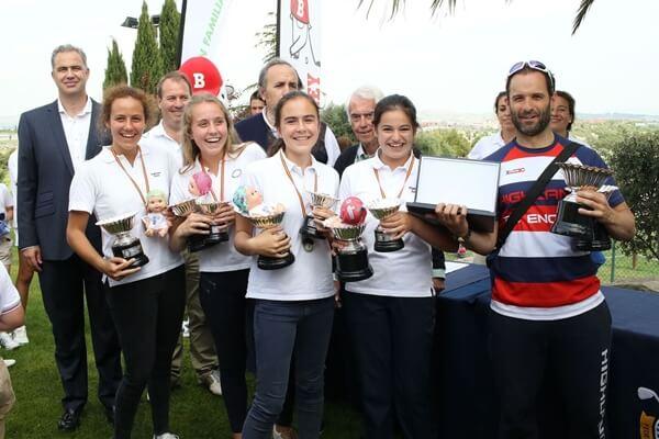Miembros del Colegio Highlands posan con sus trofeos. Foto: Fernando Herranz