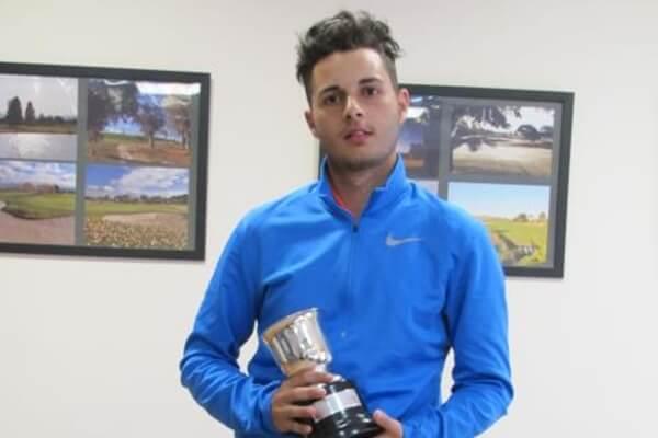 Abraham Álvarez posa con el trofeo que le acredita como campeón de España 2018 de 4ª categoría