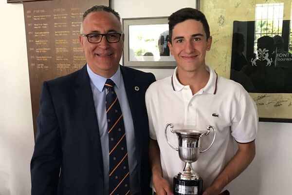 Joseba Torres Olazábal posa con su trofeo de Campeón de España Sub 16 junto al director de Font del Llop Golf Alberto Iglesias