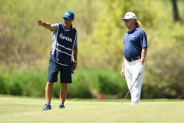 Jiménez con su caddie esta semana en el Senior PGA Championship