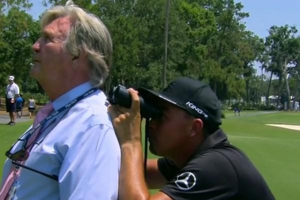 Rickie Fowler tiró de prismáticos para intentar identificar una bola enganchada a una palmera
