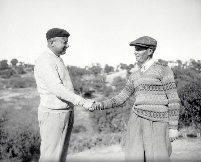 Arnaud Massy ganador de la edición del Open de 1928, estrechando la mano de Ernesto de Céspedes, segundo clasificado