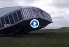¡Brutal! El viento arranca de cuajo la carpa VIP del Scottish Open quedando destrozada (VÍDEO)