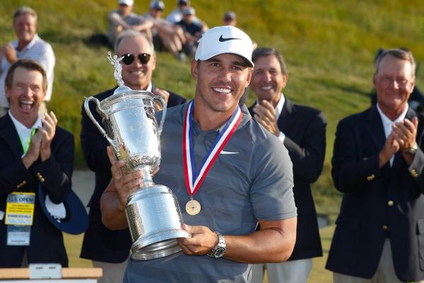 Brooks Koepka pesca en río revuelto y defiende un US Open marcado por las decisiones de la USGA