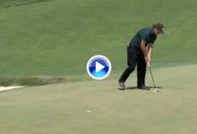 ¡Phil, qué hiciste! Lefty golpeó en movimiento la bola para evitar jugar desde más lejos (VÍDEO)