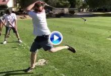 ¿Swing raro? Éste si que es un swing raro raro raro, tanto… que es imposible darle a la bola (VÍDEO)