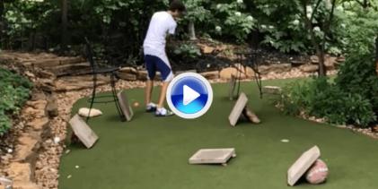 ¡El más difícil todavía! Disfruten de este Trick Shot a 7 bandas, bajo las piernas y directo al hoyo (VÍDEO)