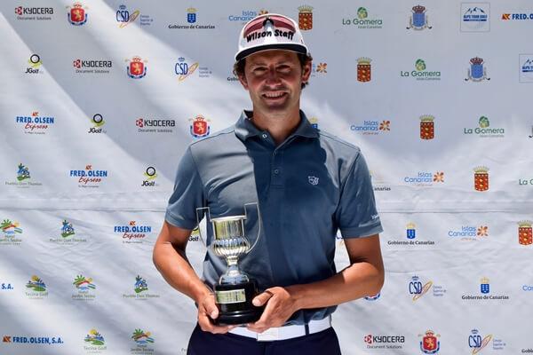 Alfredo García-Heredia posa con el trofeo de ganador de Fred Olsen Alps de La Gomera