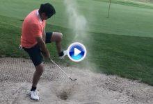 Álvaro Rumbo lo volvió a hacer. Casi la mete desde el bunker a ciegas ¡por debajo de la pierna! (VÍDEO)