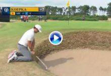El Golf es duro… El campeón del US Open intentó sacar la bola del bunker de rodillas pero… (VÍDEO)