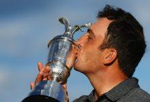 El beso del italiano al trofeo más deseado. Francesco Molinari es el Golfista Campeón del Año