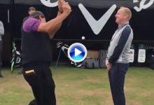 Mickelson demostró su calidad en Carnoustie saltando a este fan con un gran Flop Shot (VÍDEO)