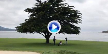 Golpazo de Ángel Hidalgo con driver desde debajo del icónico árbol en el 18 de Pebble Beach (VÍDEO)
