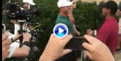 Tiger esperó a que Koepka finalizara para ser el primero en felicitarlo tras el triunfo (VÍDEO)