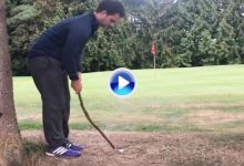 ¿Golf primitivo? Este jugador embocó su chip jugando la bola con una simple rama de árbol (VÍDEO)