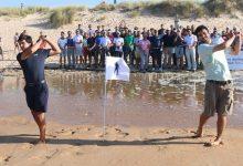 Los hijos de Seve, Javier y Miguel, recuerdan a su padre en la playa donde aprendió a jugar al golf