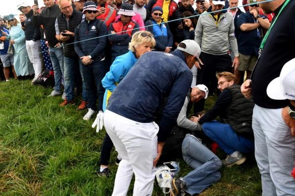 La espectadora golpeada por Koepka denuncia que, antes de prestarle ayuda, todos la fotografiaron