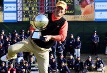 Choi Ho-sung celebró su triunfo en Japón como mejor sabe hacer: ¡haciendo el swing del pescador!