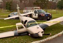 Una avioneta se ve obligada a hacer un aterrizaje de emergencia en plena calle de un campo de Golf