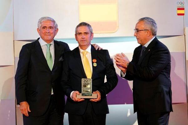 Marcos Barquín, padre de Celia, entre Gonzaga Escauriaza (izquierda) y Alejandro Blanco